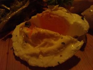 Sebenda bentuk UFO yang ternyata telur :D