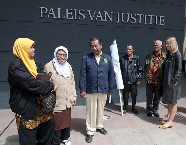Kiri, kanan: anak Sukarman, Sri Mulyaningsih Wanti; Sukarman, Kadun, Tasmin, Liesbeth  Zegveld. (foto dari yayasan K.U.K.B.)