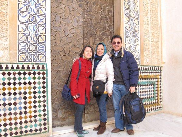 Begitu masuk Istana Nasrid, langsung terkagum-kagum dan foto dulu di depan Facade Comares..
