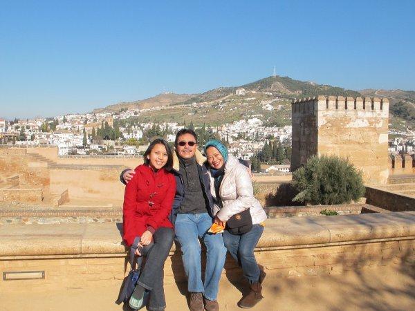 Sembari nunggu giliran masuk Istana Nasrid di Alhambra, Granada.